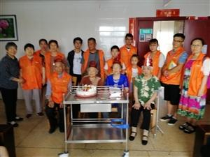 践行爱与陪伴活动的威尼斯人网站十方缘爱与陪伴老人呵护中心的义工伙伴们,为威尼斯人网站市老年护理院7