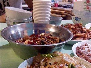 四川人的特色就是桌子上面必有的�i�憾洌�花生米!下酒的�^配!