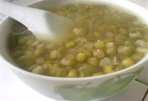 为什么有的绿豆汤是绿色。而有的是红色?