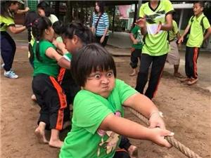 拔河比赛中这位非常努力的小朋友,看得出来这是全队的希望!