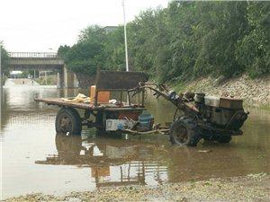 涵洞积水,车辆需绕行。