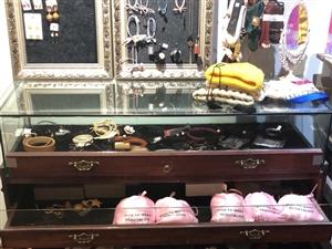 因服装店装修,现有二手空调、灯饰、换衣镜、挂烫机,模特、吧台、吧椅各种装饰品低价处理,给钱就卖,地址...