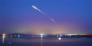 """28日凌晨,本世纪以来持续时间最长的月全食现身天宇,恰逢火星大冲,""""红月亮""""与""""红火星""""在天空交相辉"""