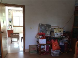 老广场套房出租,130平方,3房2厅,家具家电齐全,每个房间都有空调,1600元一个月押二付一