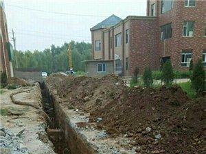 最近,盂县秀水镇世纪华庭小区在为二期门面房铺设污水管道,好好的硬化路面被挖开,给居民出行造成严重影响
