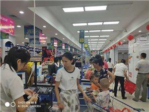 寻乌万家联华购物超市人可真多,东西不用钱一样,说明优惠活动比较大