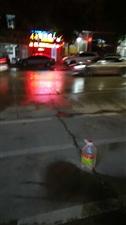 寻乌民政局一带停车位被霸占,放上空油瓶,望有关部门管一管!