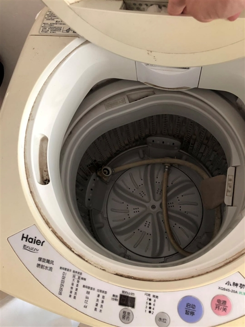 家里老人一直在用的洗衣機,現更換新的。處理舊洗衣機。