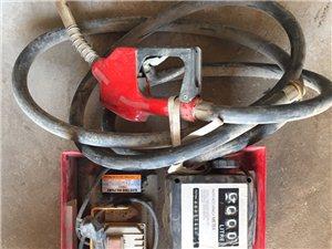 220V交流抽油泵带计量八成新带油枪,12V直流抽油泵可夹在电瓶上供电,全新一台,半新一台,有需要的...