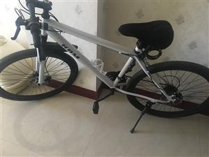 上个月刚买的自行车,就骑了几天,95新,打算换电动车,现在低价出售,赠送自行车礼包