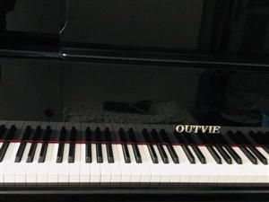 全新钢琴低价转让,买回来几乎没有用过。