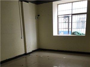 圣塔广场对面单房出租,有床空调带厨房,卫生间在房间旁边,租金350/月联系电话18460339129