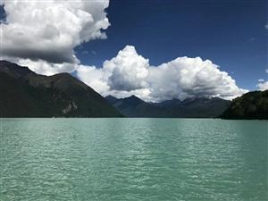 可以一��人旅行,并�]有想象中的孤寂。可以放心的吃喝,和一群小伙伴�Y�,嬉�虼蛉ぃ�看� ��L景。山�是山