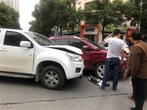 名泉路和大泉路交汇处发生车祸
