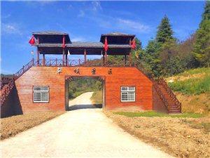镇巴草坝盘龙山景区新迎门、游客接待中心建、停车场建成(图片由景区提供)。
