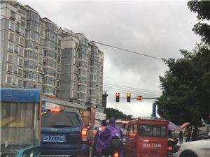 送孩子上学的路太挤了,看不见红绿灯就堵住了,五六分钟以后才走近了50米
