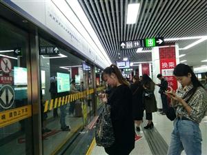 大东门排队等地铁来