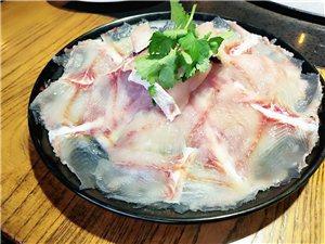 鱼肉嫩,鱼片脆,五花肉包生菜一定要加蒜,爽得很!