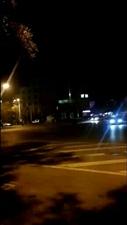 夜幕�砼R,一��人漫步街�^,置身于夜晚的小城中,站在喧�毯蛙�水�R��的另一端。�`放的霓虹�簦���了夜的美