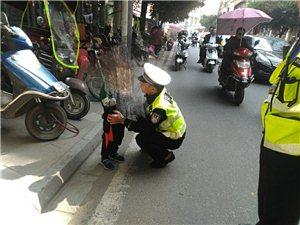 幼童放学不知归家路热心出租送交警助回家