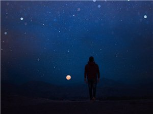 """""""人生无奈的两件事莫名其妙的孤独和无可救药的喜欢。"""""""