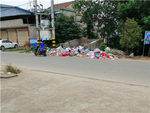 华阳镇翠岭老街上这个拉圾池就做在街道边距离居民也太近了吧!拉圾恶臭苍蝇成堆,附近的居民可吃够了这苦头