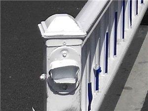 琼海市嘉积镇富海路(先锋商业城大门将至先锋社区路牌右转弯处防护栏安装不妥?请交警安装部门尽快纠正