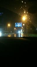夜深路人稀,醉酒把家归。代驾身边坐,必须守交规。