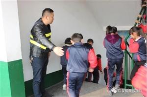 临泉县蓝天救援队为县东方红小学做消防及防灾减灾逃生演练
