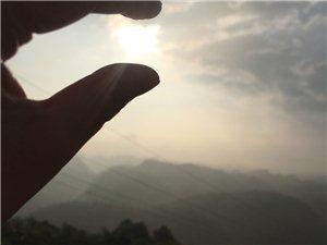 早上六�c半的云�F山,�直不要太美天�夂玫�r候可以�s上友人或者男盆友女盆友去看日出,真的太美,不�^
