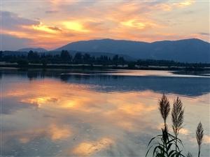 落日留光盛落残红,独自一人徘徊汉江头,聚散苦匆匆,几度青山在,几度夕阳红