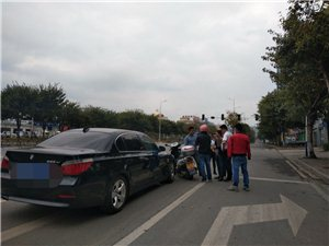 中午下班途中,发现奥园路口发生一起车祸