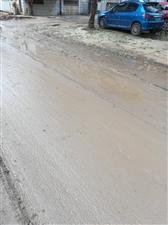 我们北城小区今年强行改造供热管道,现在已安装了主管道,就停止了,说明年再改造支管道。可是现在不仅好天