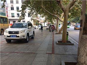 遇有检查时这停车场就不占人行道了。车都停哪儿了呢?