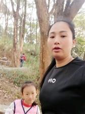 和女儿散步