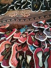 1、云南特色名族布鞋(千层底纯手工制作)35元一双。2、云南特色儿童小背篼40元一个。欢迎大家购