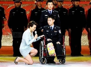 """细节中见人品,谦卑里藏高贵!董卿跪地采访老教授许渊冲、""""最美警察""""李博亚。妙语语言的小鱼老师,跪地"""