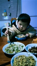 三岁外孙子能用筷子吃饭了