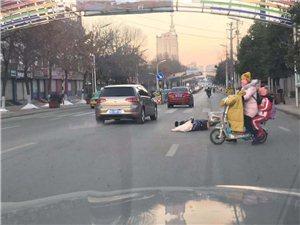 正阳路县政府西南路口送孩子大爷被撞了