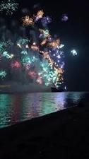 2018年12月1日晚2O时(即.8点)世界海商(博鳌)高端论坛音乐焰火晚会在博鳌海滩船上燃放掠影