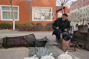 转朋友的:怡馨花园小区门口有个卖爆米花的老大爷,天挺冷的东西不贵,身边的朋友碰到买一些,他早回家也