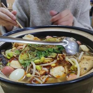 有没有网友知道龙南哪里有过桥米线吃……毕业之后没再吃过,想吃了