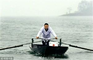 因村民分散住在孤岛上,安徽村医余家军19年来驾船随时出诊,风雨无阻。他说,只要岛上还有一个人需要,就