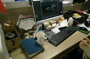 这是一个女孩子的办公桌吗?不敢相信……
