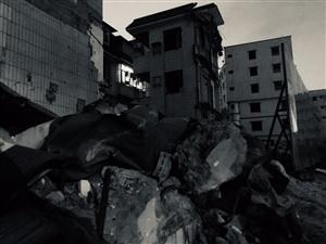 城中村改造,居民还没有搬走,旁边的房子已经拆了一半,停了…