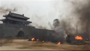 昨天下午,在明清古街,上演战火纷飞的一幕