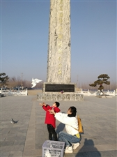 放飞希望放飞和平放飞思念放飞梦想滨州年轻善良的母亲和儿子,在周恩来总理骨灰撒放地纪念碑前,放