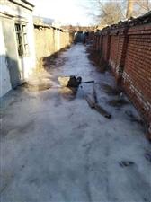 801社区卫生条件差,居民用水须到几公里以外打水…