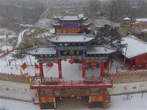 航拍大雪纷飞的连五乡中心村真是山舞银蛇