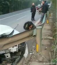 宜长路一小车撞护栏,据称车上小孩儿头盖骨被刺穿!